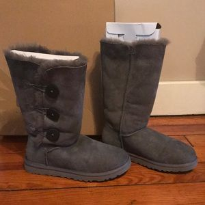 UGG 3 button Bailey Boots Gray sz6 - like new